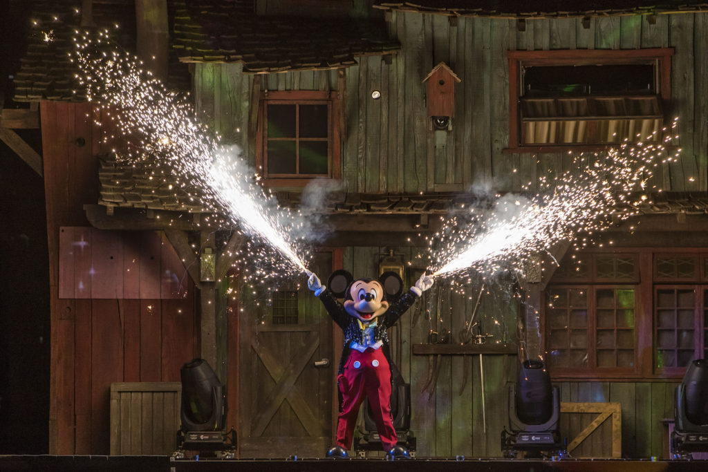 Fantasmic! Returns to Disneyland Resorts